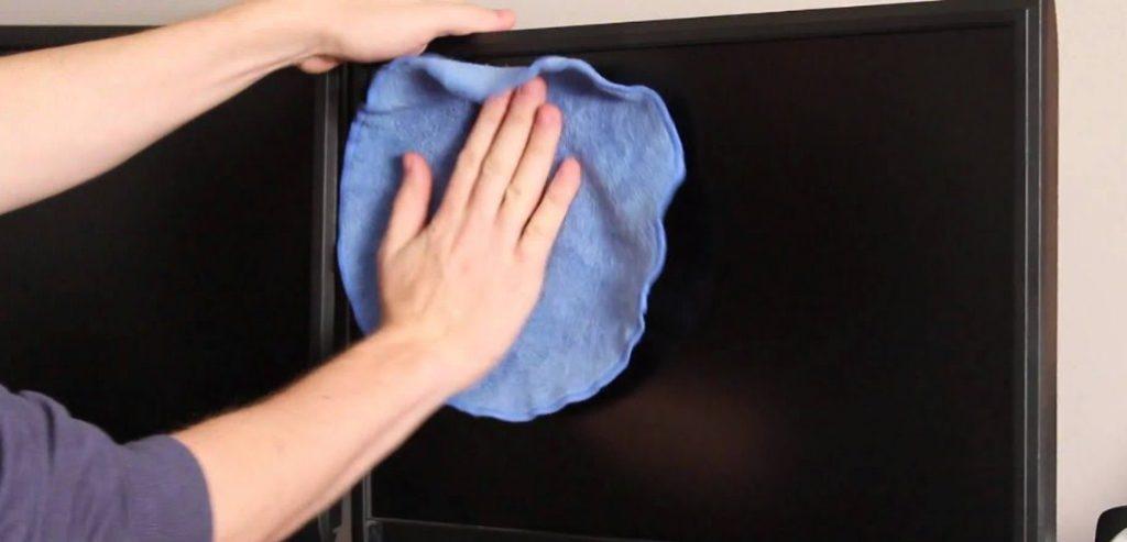 Cara membersihkan komputer pada layar monitor